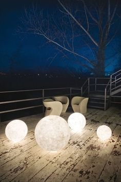 Bring the relaxing light of the moon directly into your garden! These hand crafted orbs use fiberglass to create a realistic depiction of the moon.
