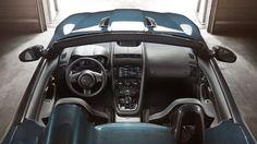 La présentation intérieure proche de la F-Type de série accueille des sièges baquets matelassés et des inserts en carbone.