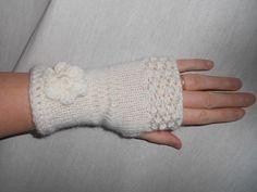 Mitaines laine écru tricotées ornées d'une fleur