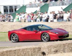 2013 FERRARI 458 - El 458 Italia es uno de los mejores purasangres que nunca han salido de Maranello y marca la vuelta al auténtico diseño Ferrari, siendo además muy rápido: 0-100 km/h en 3,4 segundos.