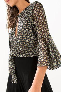 Floral Choker Blouse (BVXI) - Create an attractive and lovable look… Top Chic, Modest Fashion, Fashion Dresses, Elegant Outfit, Corsage, Fashion Tips, Fashion Design, Fashion Trends, Street Style Women