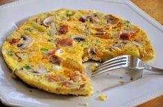 Υλικά για 2 άτομα 1 μεγάλη πατάτα 120γρ τυρί φέτα χαμηλών λιπαρών 3 αυγά (1 ολόκληρο και 2 ασπράδια) 1 λουκάνικο γαλοπούλας τύπου Φρανκφούρτης ½ πιπεριά κο