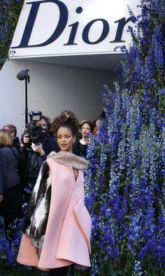 De longe, o look de Rihanna até parecia comportado... PATRICK KOVARIK / AFP