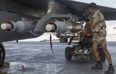 Mounting GBU-12 laser-guided munition under the wing of a French Armée de l'Air Dassault Rafale. The use of GBU-16 (500kg) or GBU-24 (1000kg) by French planes is also possible, or even probable on infrastructure, as part of a planned bombing like that of November 15. © EMA / Sirpa Air
