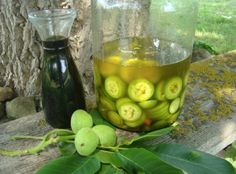 Nečekejte, až dozrají, začněte sbírat zelené ořechy už teď: Máte je v zahradě ale vůbec nevíte co zelené plody dokážou! | iRecept.cz Pickles, Cucumber, Liquor, Pickle, Cauliflower, Zucchini