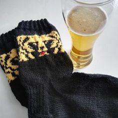 Puikoilta putosi tänä viikonloppuna miesten Karhu-sukat. Silmukoita oli varressa 16/puikko ja kantapäästä eteenpäin 14/puikko. Ohjeen kuvioon... Gloves, Winter, Fashion, Winter Time, Moda, Fashion Styles, Fashion Illustrations, Winter Fashion