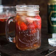Diese Altbierbowle ist so gut, die trinken sogar echte Kölner. In Kombination mit Ingwer, Limetten und Erdbeeren schmeckt Alt einfach allen.