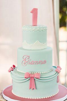 Quanta elegância nesse bolo pra festa da Cinderela!