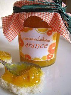 La marmellata di arance preparata in casa per la colazione genuina di tutta la famiglia...