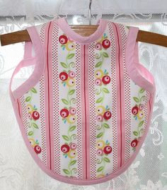 Free+Bib+Apron+Pattern Thimbles, Bobbins, Paper and Ink: Baby bib + apron = Bapron Baby Clothes Patterns, Sewing Patterns Free, Baby Patterns, Free Pattern, Crochet Patterns, Knitting Patterns, Free Sewing, Apron Patterns, Knitting Ideas