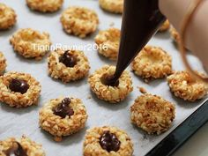 Resep Peanut Choco Thumbprint Cookies renyah+step by step oleh Tintin Rayner - Cookpad Peanut Cookies, No Bake Cookies, Yummy Cookies, Keto Dessert Easy, Dessert Recipes, Desserts, Cokies Recipes, Resep Cake, Thumbprint Cookies