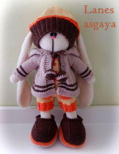 Conejo de crochet con ropa tejida a punto