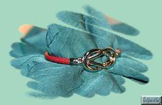Cuero redondo 4mm, con pieza central plateada en forma de nudo (es el cierre). Bracelets, Jewelry, Fashion, Shape, Leather Design, Fur, Moda, Jewlery, Jewerly