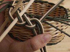 Obrazek Paper Basket Weaving, Rolled Paper, Rattan, How To Make, Handmade, Craft, Hampers, Cornrows, Tejidos