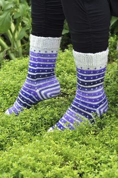 Stripy sock using variegated yarn. Toe up with afterthought heel. Pattern in Swedish Sexy Socks, Toe Socks, Socks And Heels, Ankle Socks, Knitting Socks, Baby Knitting, Knit Socks, Baby Boy Booties, Easy Model