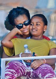 Lady Michelle Obama with Sasha Obama First Black President, Current President, Mr President, Barack Obama Family, Malia Obama, Obama Daughter, First Daughter, Presidente Obama, Malia And Sasha