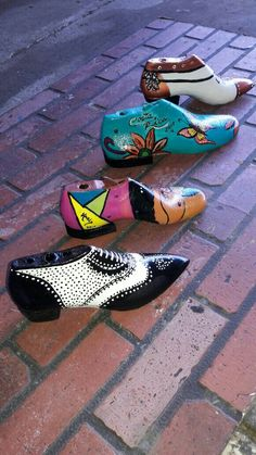 Hormas decoradas!! Found Object Art, Found Art, Wooden Shoe, Shoe Last, Weird Art, Painted Shoes, Brogues, Vintage Decor, Old World