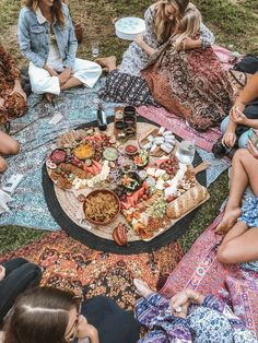 Q A with Picnic Portal s Prue Rustean Wandering Folk Picnic Date, Beach Picnic, Summer Aesthetic, Aesthetic Food, Comida Picnic, Romantic Picnics, Romantic Dinners, Picnic Birthday, Food Platters
