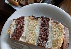 Metrowiec to bardzo popularne i pyszne ciasto. Dla wielu osób to prawdziwy przysmak z dzieciństwa - warto go odtworzyć przy najbliższej okazji, gdy złapie was ochota na coś słodkiego! Jak zrobić ciasto metrowiec? Polecamy zarówno wersję tradycyjną, jak i sposób bez pieczenia! Polish Recipes, Polish Food, Vanilla Cake, Banana Bread, French Toast, Rolls, Breakfast, Roll Cakes, Morning Coffee