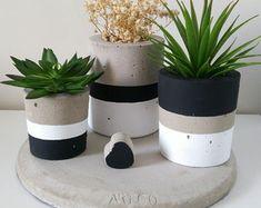 Kit Bonaire no Cement Flower Pots, Painted Plant Pots, Pottery Painting Designs, Beton Diy, Concrete Crafts, Flower Making, Plant Decor, Decoration, Garden