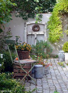 Hof DIY in autumn and a cornucopia of nature in the - Small Front Yard Garden, Diy Abschnitt, Garden Design Plans, Backyard Garden Design, Diy Garden, Garden Projects, Farm Gardens, Small Gardens, Outdoor Gardens, Patio Plants, Garden Planters