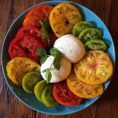 Tomates em fatias   batata  cozida  e  manjericão. Salada  rápida.