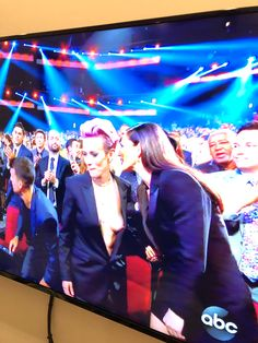 """Hunter op Twitter: """"Rapinoe with the nip slip on live TV. You can't make this stuff up… """" Me Tv, Role Models, Humor, Feelings, Concert, Stupid, Live, Twitter, Girls"""