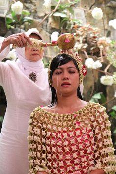 Rangkaian bunga melati dibentuk menjadi seperti baju yang dikenakan calon pengantin perempuan pada prosesi Siraman dalam pernikahan adat Jawa.