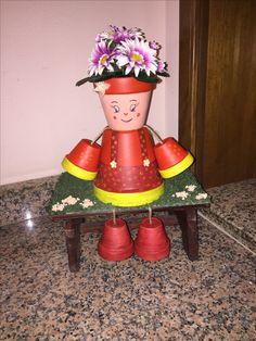 Bambola con vasi di terracotta