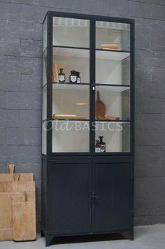 Apothekerskast 10012 - Hoge tweedelige apothekerskast met een stoere zwartgrijze kleur. De ijzeren kast heeft achter de dichte deuren een legplank in het midden. Omdat de deuren ook hoog zijn, biedt dit extra opbergruimte voor bijvoorbeeld mappen. Stijltip: zet twee identieke kasten naast elkaar en creëer zo een rustieke, ruimtelijke kastenwand! MAATWERK Dit meubel is handgemaakt en -geschilderd. De kast kan in vrijwel elke gewenste maat, indeling en RAL-kleur worden nabesteld.