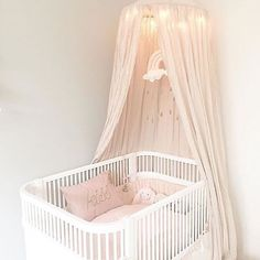 "124 curtidas, 6 comentários - The Modern Nursery (@themodernnursery) no Instagram: ""SO DREAMY ☁️ Such an amazing tranquil nursery by @fiekirstine89 featuring the CAM CAM Copenhagen…"""