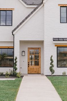 White brick house exterior with wood entry door. White Exterior Paint, Exterior Paint Colors, Exterior House Colors, Exterior Design, Black Exterior, White Exterior Houses, Modern Exterior, Diy Exterior House Painting, Garage Exterior