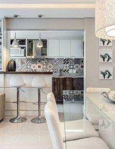 Apê de 66 m²: compacto, charmoso e vestido para arrasar Home Kitchens, Kitchen Design, Home Office Design, House Design, Sweet Home, Apartment Design, Kitchen Interior, Home Decor, Home Deco