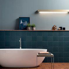 D'un bleu profond, les carreaux en céramique Volume Hague Blue vont vous donner une irrésistible envie de le toucher. Leurs rayures en trois dimensions imposent un rythme visuel étonnant compensé par une couleur chaude au style très fifties.