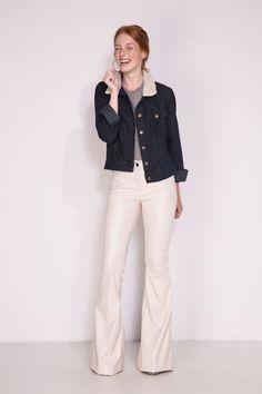 Calça Liverpool off white. Com modelo superflare em couro fake, a a Liverpool é uma ótima opção para combinar com uma jaqueta jeans.
