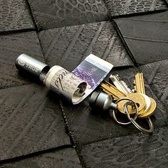 True Utility Cash Stash Money Storage Keyring Accessory helps ensure that you never run out of money again. This clever capsule has a special cash clip inside Cool Gifts, Best Gifts, Money Safe, True Utility, Edc Everyday Carry, Original Gifts, Edc Gear, Small Rings, Backpacker