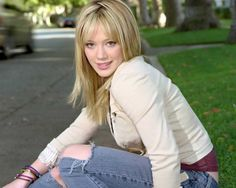 actress-hilary-duff-sitting-on-road.jpg (1280×1024)