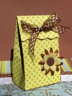 gift box.  Tutorial written in French, but lots of pictures to follow along.