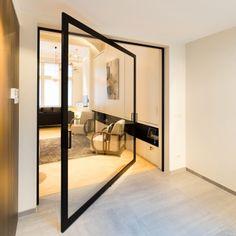 Glazen pivoterende deur met zwart kader en transparant glas