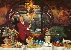 Em 1973, o excêntrico artista Salvador Dalí publicou um livro de receitas chamado Les Diners de Gala, que até então era rarode ser encontrado. Mas a editora Taschen decidiu relançar o título para os amantes de arte e gastronomia.    A reedição é ...