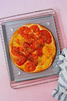 Aus den perfekten Tomaten einfach mal einen einfachen Kuchen machen. Mit dem Betti Bossi Knusperblech im Handumdrehen ein feines Sommer Gericht, das alle verzaubert! Rezept auf dem Blog www.forkandflower.com  #rezept #rezeptidee #sommer #sommerrezept #tomaten #tomatenrezept #tomatenwähe #tomatentarte #tomatenkuchen #apero #gemüserezept #gemüsekuchen #gemüsetarte #gemüse #sommergemüse #forkandflower #bettybossi #knusperblech French Days, Seasonal Food, Pizza, Vegetarian, Snacks, Dishes, Vegetables, Flower, Cooking