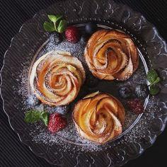 林檎のクリームチーズパイ ■材料(6個分) ・冷凍パイシート 1.5枚 ・クリームチーズ 50g ・グラニュー糖 30g ・シナモン(粉末) 適量 《A》 ・りんご 1個 ・レモン汁 大さじ1 ・水 大さじ3 ■手順 1. りんごの芯をくり抜き、1mm幅に薄く切る。 2. 耐熱ボウルに①とレモン汁、水を入れてよく混ぜ、600wで3分加熱する。耐熱ボウルのまま氷水に当て冷まし、水分をよく切る。 3. パイシートを伸ばし、縦4等分に切る。 4. 切ったパイシートの上にクリームチーズを塗り、グラニュー糖をかける。 5. りんごを重なるように並べ、上からシナモンをふる。 6. 半分に折り畳み、片側からくるくると巻いていく。油を塗ったマフィン型に入れる。 7. 190度に予熱したオーブンで40分焼いてできあがり! facebookも公開中!Tastemade japanで検索してくださいね。 #林檎 #クリームチーズ #パイ #リンゴ #apple #creamcheese #pie #sweets #スイーツ #おやつ #お菓子作り #デザート #dessert #おう...