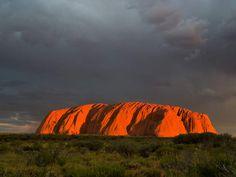 Uluru  Le site aborigène d'Uluru, aussi connu sous le nom occidental d'Ayers Rock, est un des lieux les plus intrigants d'Australie. D'abord, car il est difficilement accessible: situé au centre de l'Australie, au sud du Territoire du Nord, Uluru est à six heures de route de la grande ville la plus proche, Alice Springs. Ensuite, parce que cet énorme rocher de grès rouge semble avoir été posé par erreur en plein cœur du désert australien, le fameux «outback». Sacré pour le peuple…