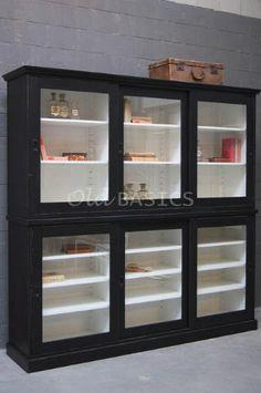Oude kast die werd gebruikt voor de opslag van medicijnen de middelste deur in het - Eigentijdse boekenkasten ...