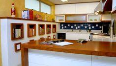Para uma família de gourmets, a arquiteta Andrea Chicharo criou nichos na cozinha para os vários livros de culinária  Foto: Divulgação