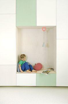 Viel Stauraum, eine versteckte Schlafmöglichkeit & eine Leseecke | Jäll & Tofta