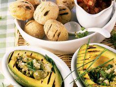 Avocados vom Grill mit Kartoffeln in Salzkruste und Olivensalat - smarter…