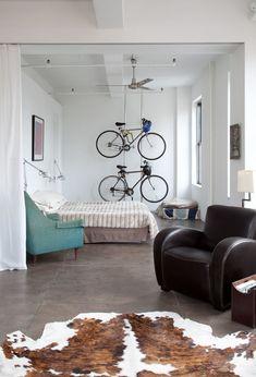 stauraum für fahrräder hängend im wihnzimmer einrichtungsideen