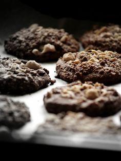 Biscotti fondenti al triplo cioccolato e nocciole.