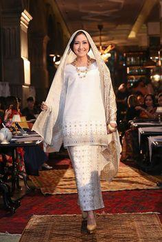 Muslimah Wedding Dress, Hijab Wedding Dresses, Simple Wedding Gowns, Classic Wedding Dress, Traditional Fashion, Traditional Outfits, Kebaya, Malay Wedding Dress, Hijab Fashion